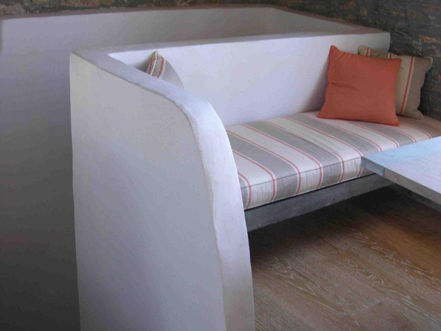 Ανακαίνιση τουριστικών κατοικιών στη Σκόπελο, πέτρινοι τοίχοι, κτιστοί καναπέδες