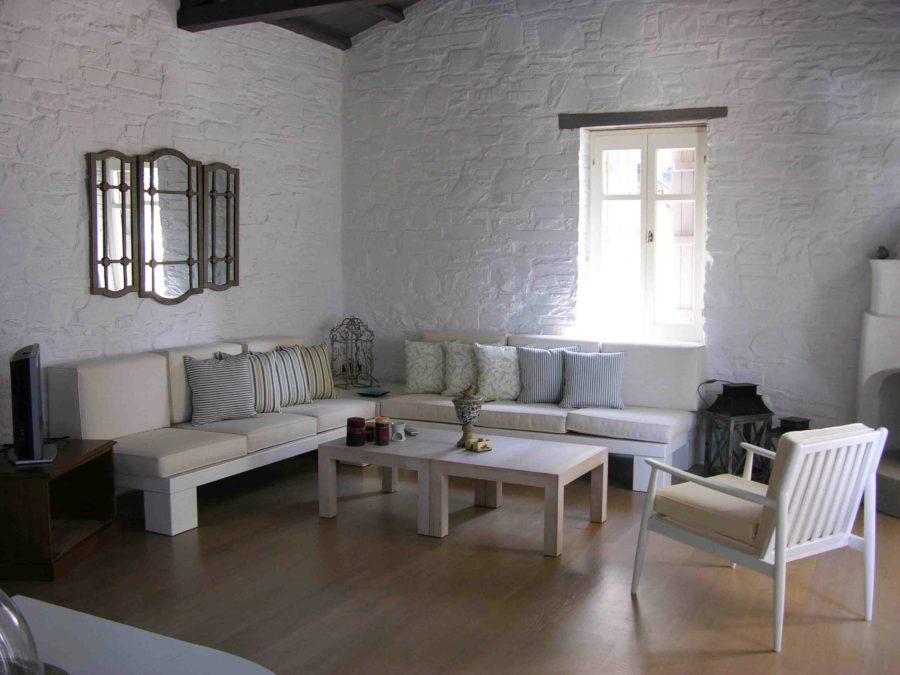 Ανακαίνιση τουριστικών κατοικιών στη Σκόπελο, πέτρινοι τοίχοι, ξύλινο πάτωμα