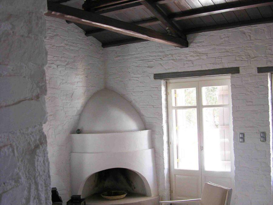 Ανακαίνιση τουριστικών κατοικιών στη Σκόπελο, χτιστό τζάκι, πέτρινοι τοίχοι, ξύλινη στέγη